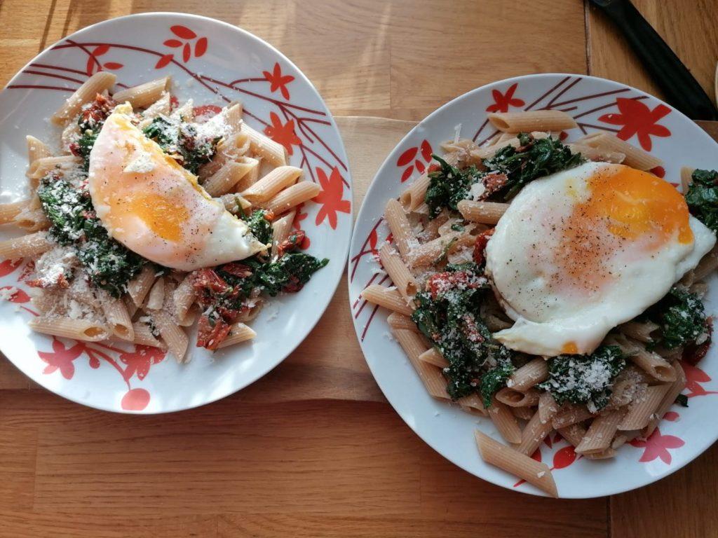 Makaron ze szpinakiem i jajkiem sadzonym